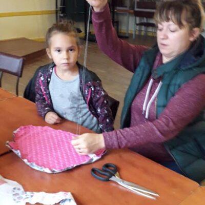 pokazywanie dziecku jak szyć