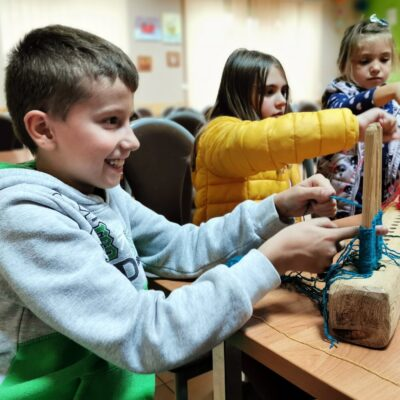 dzieci świetnie się bawią przy tkaniu