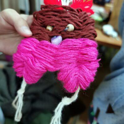 różowo-brązowy stworek