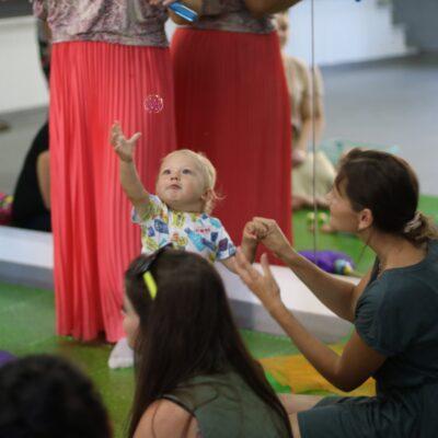 dzieci bawią się bańkami mydlanymi