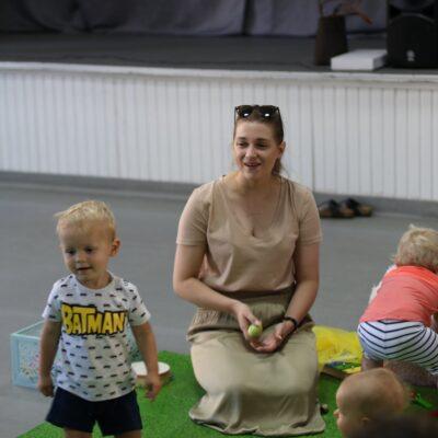 Dzieci i rodzice podczas zajęć