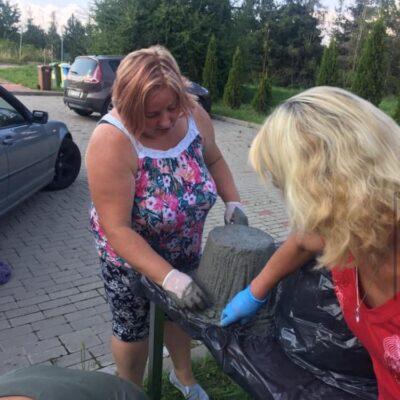 kobiety w rękawiczkach robiią rzeźbę cementową