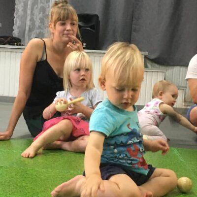Dzieci podczas zajęć umuzykalniających