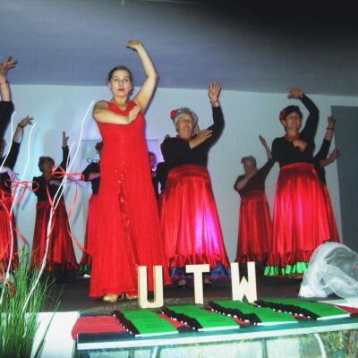 Tańce w czerwonych spódnicach