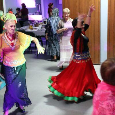 Szalone tańce studentek UTW