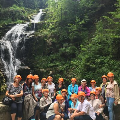 Seniorzy zwiedzający wodospad