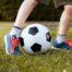 Dziecko grające w piłkę nożną