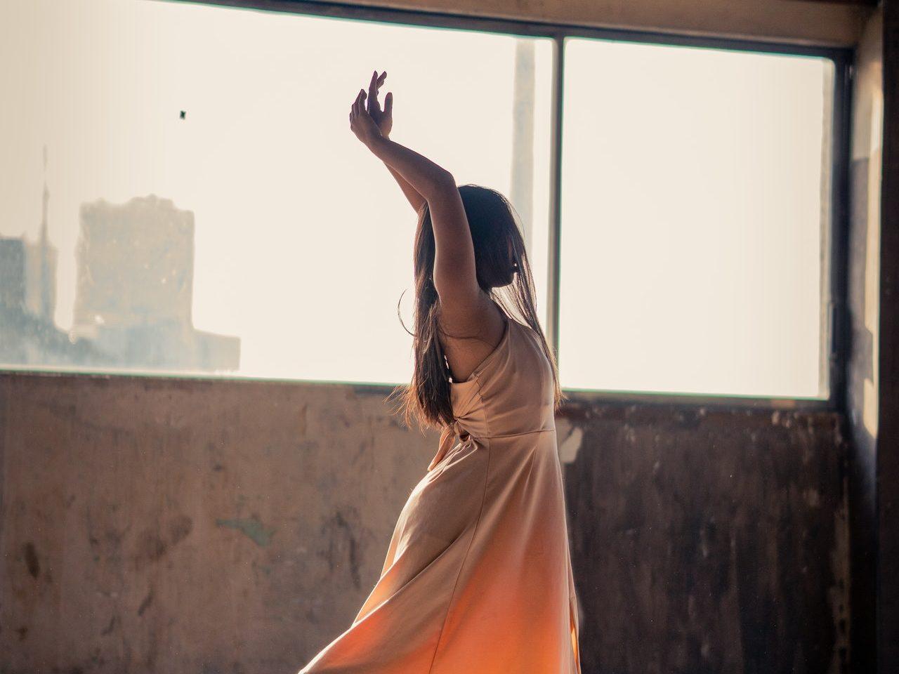dzieczyna w trakcie tańca