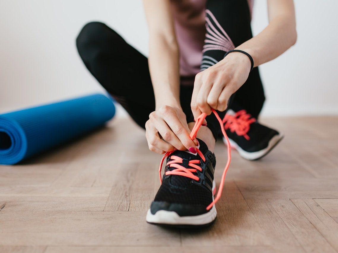 Kobieta wiążąca buty sportowe