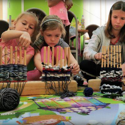 Dzieci uczestniczące w warsztatach tkackich